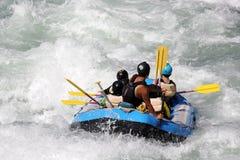 L'eau blanche transportant par radeau sur la rapide de la rivière Yosino image libre de droits