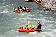 L'eau blanche transportant par radeau sur la rapide de la rivière Yosino photo stock