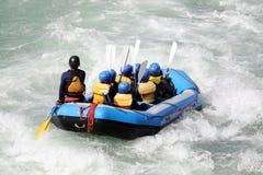 L'eau blanche transportant par radeau sur les rapids du fleuve photos stock