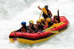 L'eau blanche transportant par radeau sur les rapids du fleuve images libres de droits