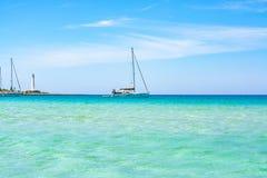 L'eau bleu-clair clair comme de l'eau de roche sur le capo de lo de San Vito de plage sablonneuse, Sicile, Italie photo libre de droits