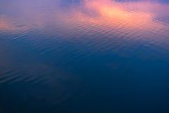 L'eau bleu-foncé de texture Photographie stock