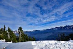 L'eau bleue Carter Lake avec la neige Photos libres de droits