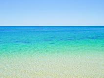 L'eau bleue clair comme de l'eau de roche d'océan Image libre de droits