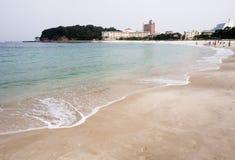L'eau bleue claire et le sable blanc sur Shirahama échouent au Japon Image libre de droits