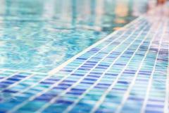 L'eau bleue dans la piscine et mosaïque bleue Photo stock