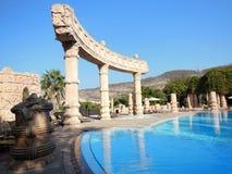 L'eau bleue de ciel dans la piscine et les vieilles colonnes Photo stock