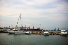 L'eau bleue de la mer Méditerranée dans la marina Port-d'Espagne Photos libres de droits