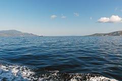 L'eau bleue de mer Égée et îles grecques image stock