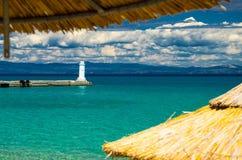 L'eau bleue de paradis du golfe de kolpos de Toroneos, Pefkohori, Grèce photo stock