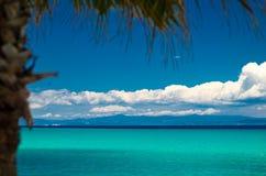 L'eau bleue de paradis du golfe de kolpos de Toroneos, Pefkohori, Grèce photos stock