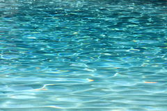 L'eau bleue de piscine Images libres de droits