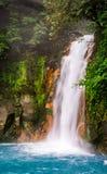 L'eau bleue de turquoise de la cascade de Rio Celeste photo stock