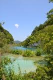 L'eau bleue du lac en parc national, Croatie images stock