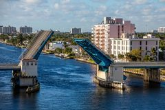 L'eau bleue du pont-levis de dessous Intracoastal photographie stock libre de droits