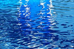 L'eau bleue en cristal Photographie stock libre de droits