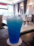 L'eau bleue en verre de soude images libres de droits