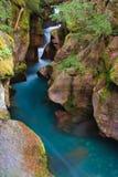 L'eau bleue glaciaire se précipitant par la gorge d'avalanche Photo libre de droits