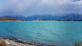 L'eau bleue intense du lac Pukaki photo stock