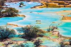 L'eau bleue naturelle dans des domaines de terrasse Photographie stock