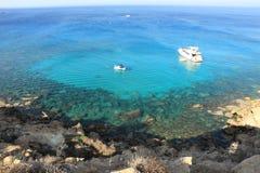 L'eau bleue outre de la côte de la Chypre Photographie stock libre de droits