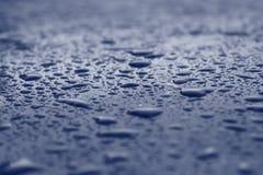 L'eau bleue relâche le fond Image libre de droits