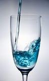 L'eau bleue tombant dans la glace Photographie stock libre de droits