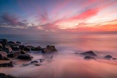 L'eau brumeuse au-dessus des plages rocheuses photo stock