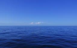 L'eau calme bleue d'océan   Photographie stock libre de droits