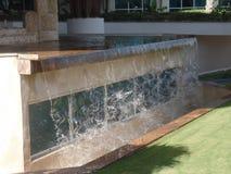 L'eau cascadant d'une fontaine photographie stock libre de droits