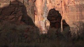 L'eau cascade vers le bas le visage de falaise au temple de Sinewava en parc national Utah de Zion un matin d'hiver banque de vidéos