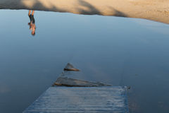 L'eau cassée de passage couvert en bois Images stock