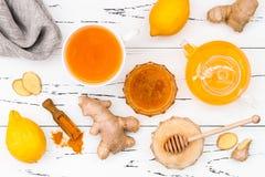 L'eau chaude de citron avec du gingembre, Cayenne, safran des indes et miel Boisson de Detox image stock