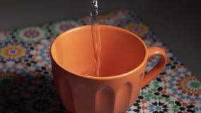 L'eau chaude a versé dans une tasse banque de vidéos