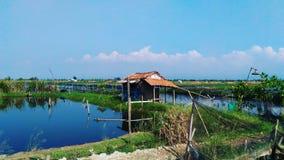 L'eau, ciel et hutte Photo stock