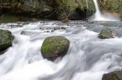 L'eau circulant sur des roches Photographie stock