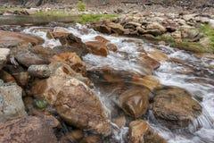 L'eau circulant sur des roches image libre de droits