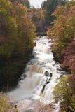 L'eau circulant sur une cascade à écriture ligne par ligne écossaise Images stock
