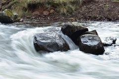 L'eau circulant sur une roche Image libre de droits