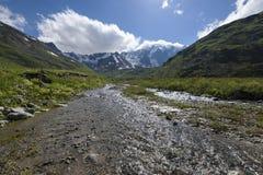 L'eau clair comme de l'eau de roche de la rivière en gorge de montagne image stock
