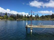 L'eau clair comme de l'eau de roche de turquoise de bord de mer de Queenstown le jour ensoleillé photo stock