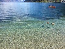 L'eau clair comme de l'eau de roche de turquoise de bord de mer de Queenstown le jour ensoleillé image stock