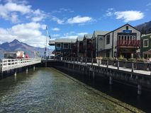 L'eau clair comme de l'eau de roche de turquoise de bord de mer de Queenstown le jour ensoleillé photos stock