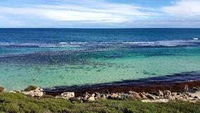 L'eau clair comme de l'eau de roche t de jours d'été de plage Photographie stock