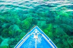 L'eau clair comme de l'eau de roche avec les coraux et le bateau, Koh Rok, Krabi, Thaïlande photos stock