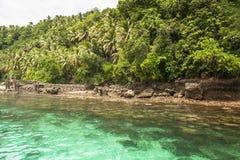 L'eau clair comme de l'eau de roche et fond vert régénérateur, destination de voyage d'île en île dans Samal, ville de Grden d'îl image libre de droits