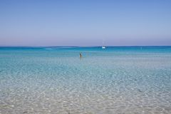 L'eau clair comme de l'eau de roche sur la côte méditerranéenne image stock