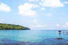 L'eau clair comme de l'eau de roche de vue d'océan de Haad Sai Daeng Beach qui a le pont en bois pour des touristes de transfert  photographie stock libre de droits