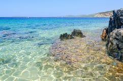 L'eau claire à la plage sauvage scénique, Sithonia, Grèce Photo stock