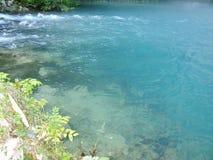 L'eau claire au lac bleu Photo stock